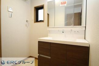 収納箇所の多い独立洗面台です