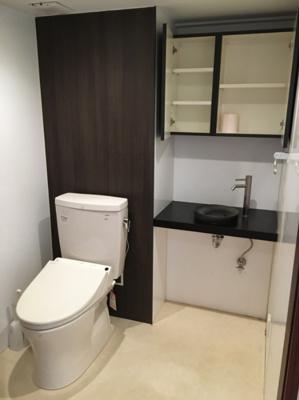 かなり広いトイレには、収納棚や手洗い台も備え付けられており快適にお使いいただけます。
