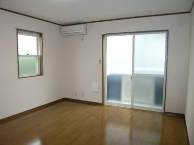 居室はフローリング仕様、明るいお部屋です