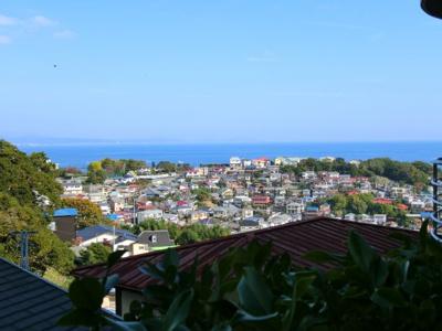 バルコニーからは真鶴の町並みと、快晴時には三浦半島を望みます。