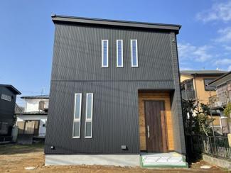 物件の外観です。ガルバ(金属サイディング)と天然木外壁材(秦野市渋沢上2丁目新築戸建て)