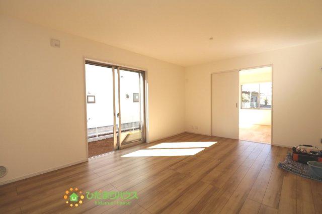 大きな窓で開放的なリビングは、自然と家族が集まる暖かい空間です。