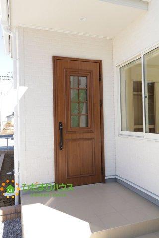 茶色のかわいいデザインのドア♪