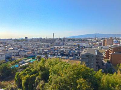 建物だけでなく緑も見えるバルコニーからの眺望です♪洗濯物を干すのが楽しくなりますね♪