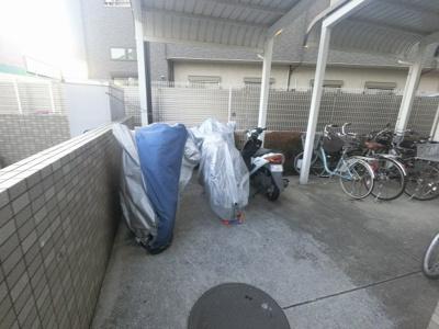 バイク置き場。