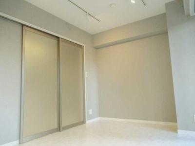 シンプルで家具の配置もしやすいレイアウトのお部屋です。