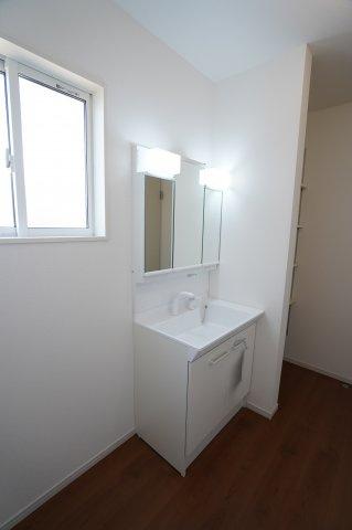 清潔感のある洗面所です。窓もありますので換気もできますよ♪