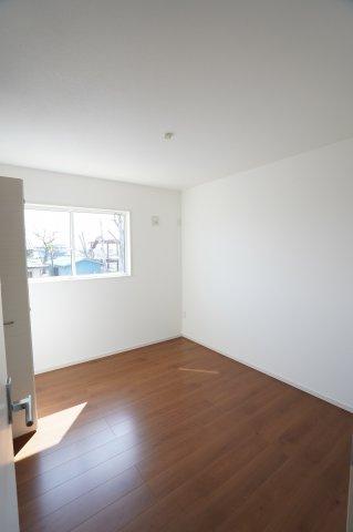 5.2帖 窓から光が存分に注がれるので、室内はいつも明るく温かです。