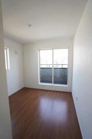 バルコニーに面した5.2帖の洋室!窓が2面あるので採光・通風のよいお部屋です。
