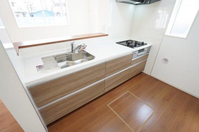 対面式のキッチンで配膳や片付けの際に便利なキッチンカウンターも標準で備わっています。