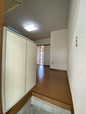 玄関から室内への景観です!ダイニングキッチンの奥に洋室のお部屋と和室のお部屋があります★
