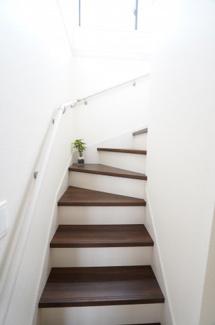 階段の床色はモダンな雰囲気ですね。