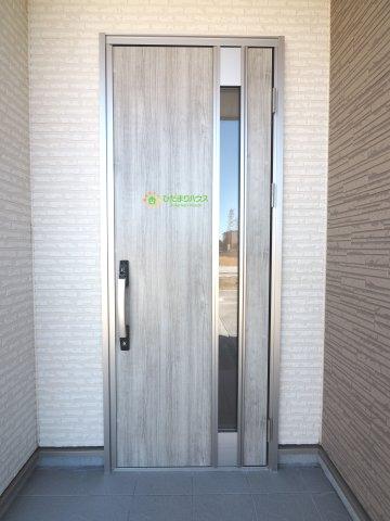 灰色の木目調ドアがオシャレですね♪