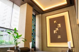 【オーナーズラウンジ】高さ約6mの吹き抜けと2段の折上天井が風格を滲ませる、伸びやかなオーナーズラウンジ。