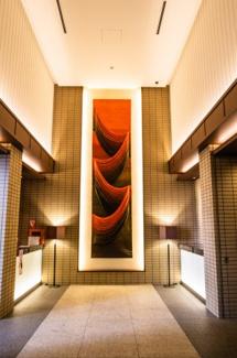 【エントランス】都心の賑わいとは一線を画した静穏な空間のエントランスホール。ホテルライクなコンシェルジュカウンターなそ上質なホスピタリティを追求しました。