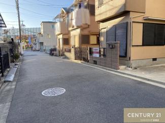 前面道路の幅員は約5.2mで、さらに車の通り抜けが少ないので、ゆっくり落ち着いて駐車することができます。