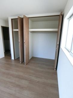 約7.5帖の主寝室は収納豊富なクローゼットと バルコニーが付いています。