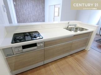 3口コンロの広々キッチンはお手入れもしやすそうですね。