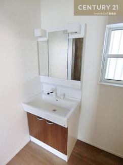 シャワー付きの三面鏡化粧台で 朝の身支度も短縮できそうですね。