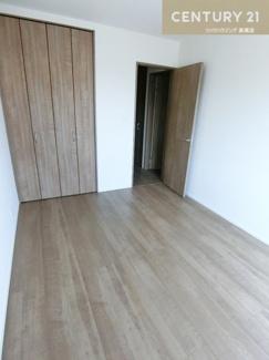 約6帖の洋室はバルコニーにつながっています。