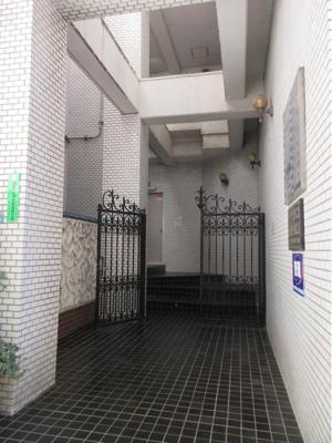 おしゃれ感のある門扉がついた建物の入り口です。