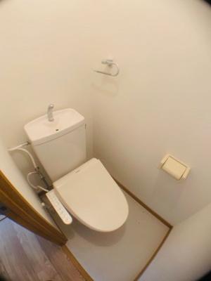 落ち着いた色調のトイレです。ウォシュレット機能つき。