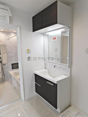 吊戸付きの収納力ある洗面化粧台