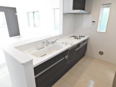 清潔感に溢れ、かつ手元が隠れる使い勝手のよい対面キッチン