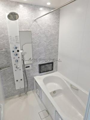 ヘッドシャワー・浴室TV付きの高級感あるユニットバス