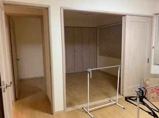 3枚戸で仕切られた2階のお部屋 大きな物の出し入れも楽々で、いろいろな用途に使えます