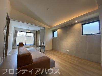 無機質なコンクリート調のタイルはどんな家具とも相性がよく勾配天井で開放感を演出。