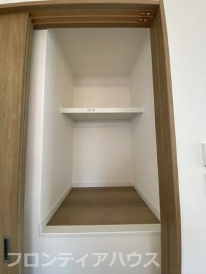 階段の引き戸部分に収納あり。