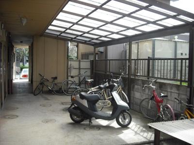 【ハピネス鈴木】は屋根付き駐輪場有り!