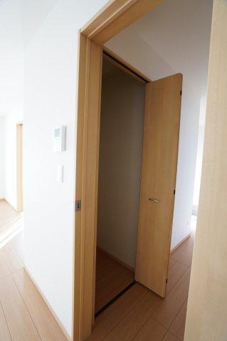 1階廊下 季節物の家電や掃除用具を収納するのに便利です。
