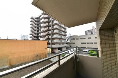 バルコニーからの眺望です!前面に高い建物がなく陽当たり通風良好です!