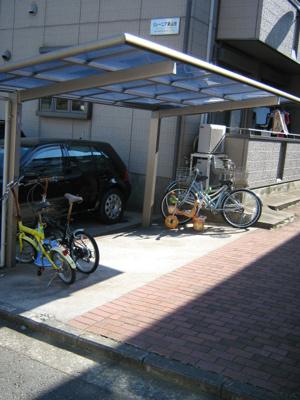 屋根付きの駐輪場で雨が降っても大切な自転車が濡れなくてすみますね☆駅から自転車もおすすめです!