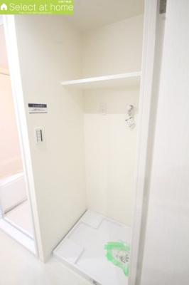 洗濯機置き場上にはタオルなど収納できる棚付き
