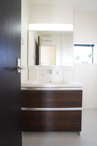 シャワー付洗面化粧台 三面鏡の収納で歯ブラシや化粧品などすっきり片付けられます。