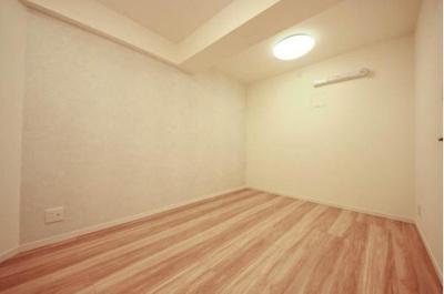柱などが少なく家具の配置もしやすそうな洋室です。