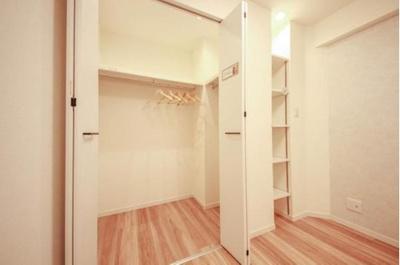 収納力の高い大型クローゼット付きのお部屋です。
