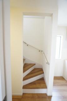玄関の先にある階段です。