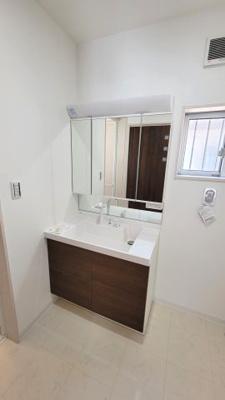 洗面台を広々と構えておりますので、2人同時に使用することができます。三面鏡の裏は収納スペースとなっており、物が多くなりがちな洗面台まわりをスッキリ保つことができます。