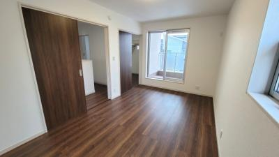 主寝室は広々していて安らげる空間に。大きなクローゼットがあるので、大切なお洋服もスッキリ収納できます。