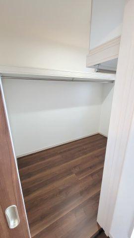 ウォークインクローゼットは洋服だけでなく大きなものを収納するスペースとしても活躍します。 使う季節の限られる扇風機やストーブ、アウトドア用品などの収納も可能です。