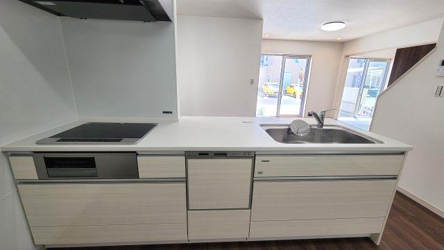 対面式キッチンは家事をしながら家族を見守り、コミュニケーションが取れるので人気です。IHクッキングヒーターなのでお手入れも簡単!食洗器が付いているので家事の負担を軽減。