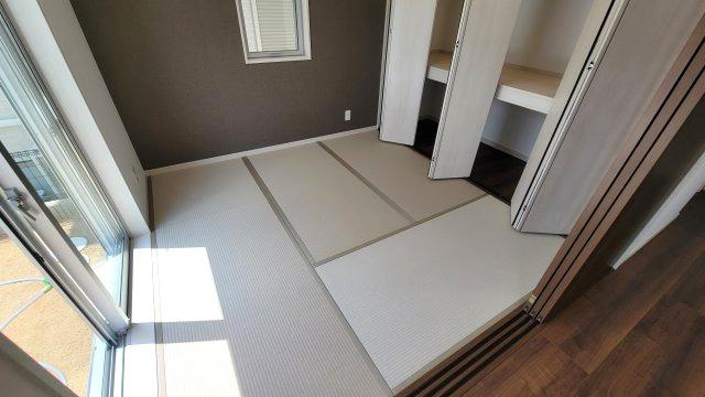 和室はお子様のお昼寝や遊び場、家事スペース、ご両親や友人のお泊りスペースなどに重宝します。押し入れにはおもちゃや布団を収納出来て便利です。