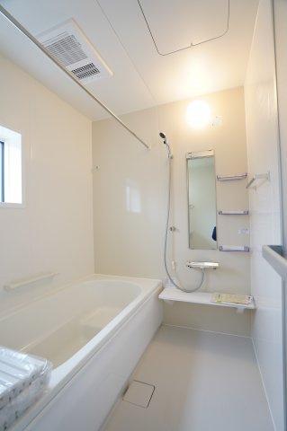 浴室乾燥機のあるお風呂なので湿気がたまらず良いですね。広くゆったりとしたお風呂は家族一緒に入れますね。