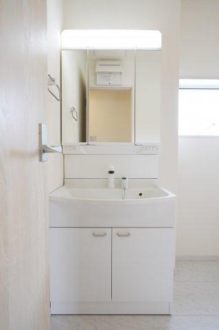 温水シャワー付洗面化粧台の洗面台です。鏡の裏にも小物が置けて便利ですよ。