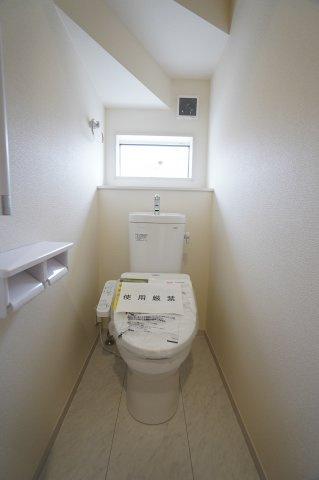 階段下のトイレは飾り棚のスペースがあるのでお好きな小物を置いたりできますよ。窓があり手すりもあって安心ですね。