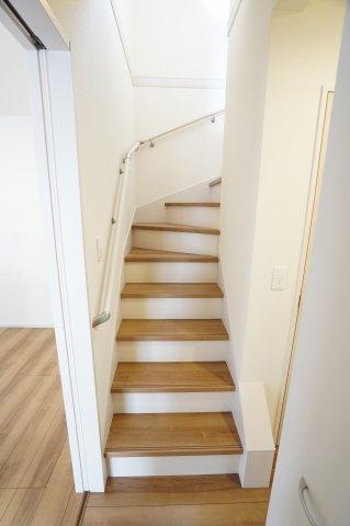 キッチン横の扉をあけると階段があります。キッチンからすぐに2階に行けますね。朝の子供を起こす時間にも時短になります。